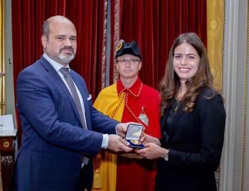 """Celine van Till reçoit la Médaille """"Genève Reconnaissante"""""""